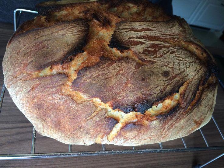Nokérem. Ígéretemhez híven, itt a nálunk bevált kenyérrecept, mert kenyeret sütni jó, kenyeret sütni egyszerű, kenyeret sütni boldogság. Ha ezt odahaza elkészíted, már nem támad gusztusod, a változó és gyakran kétesminőségű bolti remekművekhez. (Tisztelet a kivételnek.)   Ráadásul nem két nap alatt szárad...