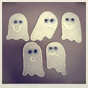 """In honor of Flannel Friday's HALLOWEEN EXTRAVAGANZA (I'm hosting the roundup too!) I made a quick and easy flannel to go with a """"5 Little Ghosts"""" rhyme I found on Preschool Education. I don't gene..."""