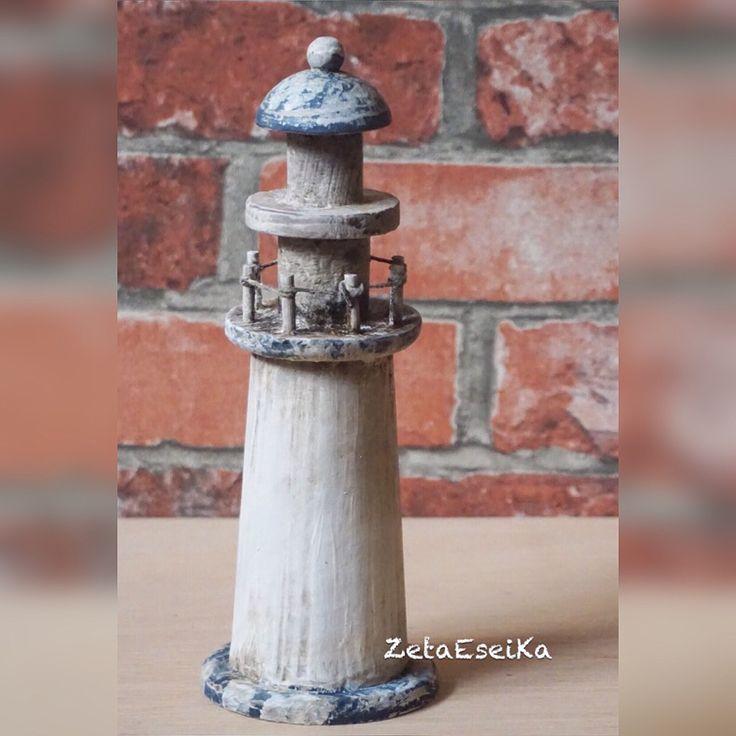 • Faro reciclado y decorado con cera oscura.