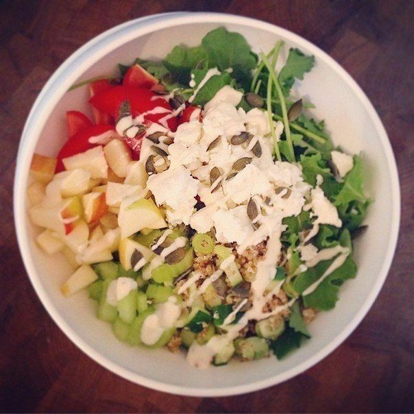 Легкие диетические салаты на обед или ужин.  Забирай себе, если надоели банальные сочетания!  Салат 1 Тунец, мягкая вареное яйцо , редис , зеленый лук , сливы помидоры, огурцы, желтый перец и микс салата.  Салат 2 Фасоль, огурец, зеленый лук , сыр фета , сельдерей, яблоко , сливы помидоры, капуста, семяна тыквы и обезжиренный творог.   Салат 3 Фета, оливки, огурцы, виноград, помидоры черри , сельдерей, зеленый лук, листья салата, капуста, обезжиренный творог.  Салат 4 3 ломтика ветчины, 1/2…