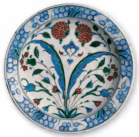Dish with tulips and roses / Turkey, Iznik, ca. 1575 –1580 / Fritware, polychrome underglaze painted on an opaque white glaze, Ø 34.3 cm