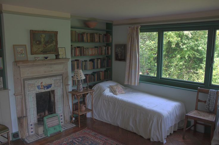 Virginia Woolf (@aboutwoolf) | Twitter la camera di Virginia Woolf: letto vicino alla finestra affacciata sulla natura, con dietro,a portata di mano, la libreria, e un caminetto: l'ideale...
