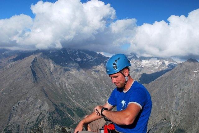Szkoła wspinania Cumbre.pl Sławomir Bączek prowadzi sekcje wspinaczkowe, obozy wspinaczkowe, zajęcia wspinaczkowe, wyjazdy wspinaczkowe, obozy wspinaczkowe, krajowe i zagraniczne, obozy narciarskie, wspinanie w skałach. Sławomir Bączek jest instruktorem wspinaczkowym oraz narciarskim. Jego pasją są góry oraz narty. Szkoła wspinania Cumbre.pl zrzesza miłośników wspinaczki sportowej, wspinaczki górskiej, narciarstwa alpejskiego oraz narciarstwa skitourowego.
