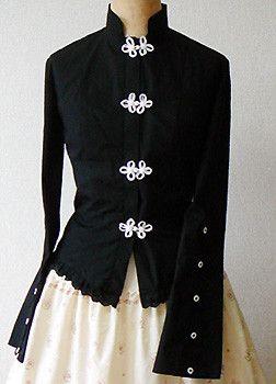 チャイナタイプの編み上げ長袖ブラウス(黒)です。前面は比翼になっていて、チャイナボタンの内側に5個の隠しボタンがあります。ウェストを絞って身体のラインが綺麗に...|ハンドメイド、手作り、手仕事品の通販・販売・購入ならCreema。