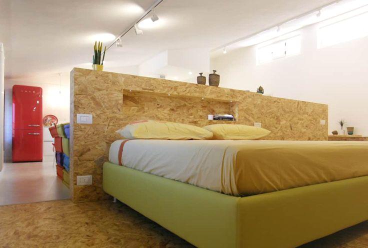 """open space:""""bianco""""_""""legno""""_""""colori"""": Camera da letto in stile in stile Moderno di msplus architettura"""