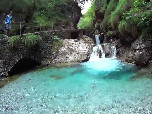 La Valle Vertova è una piccola valle considerata uno dei luoghi più suggestivi e naturalisticamente rilevanti dell'intera provincia di Bergamo.