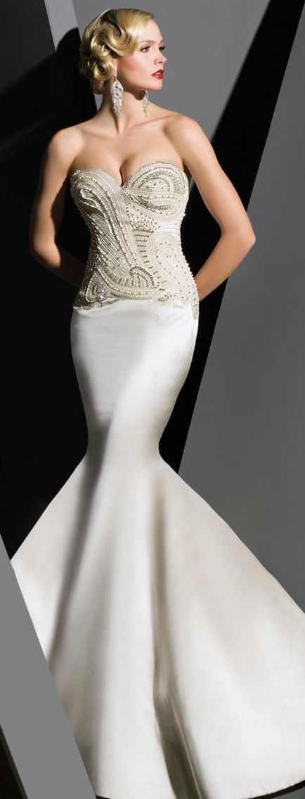 Wow! Vavavoooom!! Now this is a starlet's dress if I've ever seen one! Absolutely gorgeous! *Victor Harper