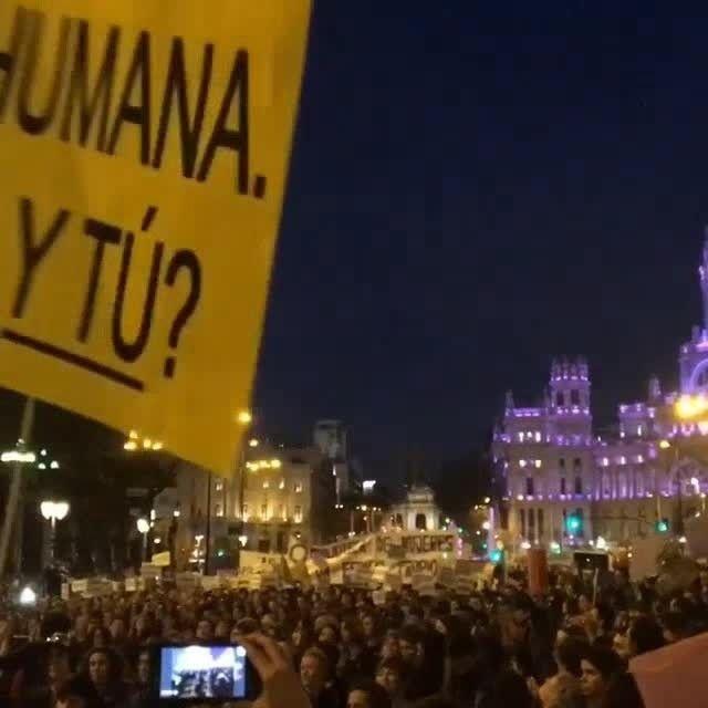 """Na Espanha a manifestação pelos direitos femininos neste #DiaInternacionalDaMulher prossegue na Gran Via uma das principais ruas da cidade de Madrid. """"Avançar"""" bradam as espanholas enquanto marcham. #NoMeuCorpoMandoEu #ForçaFeminina #UmDiaSemMulher #womensmarch #aDayWithoutaWoman #m8  via MARIE CLAIRE BRASIL MAGAZINE OFFICIAL INSTAGRAM - Celebrity  Fashion  Haute Couture  Advertising  Culture  Beauty  Editorial Photography  Magazine Covers  Supermodels  Runway Models"""