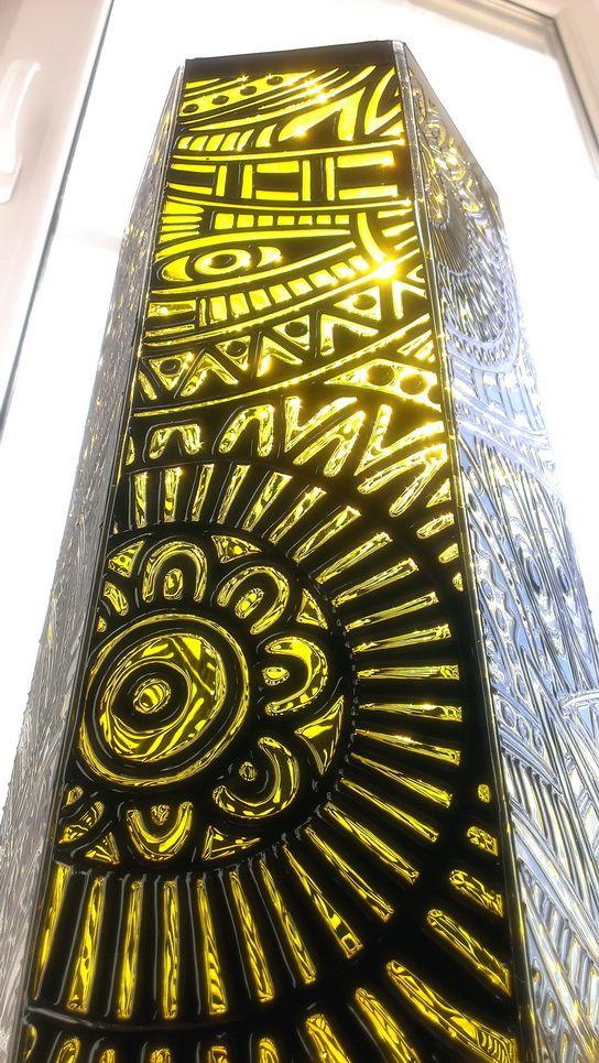 Ваза с элементами наряда племени ирокезов, их символами и божествами дополнит интерьер в этническом стиле и будет привлекать внимание своей графичностью и насыщенным цветом солнца. Продается отдельно и в комплекте с часами «Ирокезы».  Вместе они составят эффектный тандем и будут достойным подарком на любое торжество. Ваза может использоваться для высоких букетов и интерьерных композиций, а также как самостоятельный элемент декора. Очень устойчива.