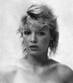 """Pour commencer le week end, je vous propose de voir ou revoir quelques photos de Kim réalisées en noir et blanc. Elles sont extraites de diverses promos et d'albums couvrant la période 1981 / 2006. 1981: """"Kids In America"""" 1982: """"Select"""" 1983: """"Love Blonde""""..."""