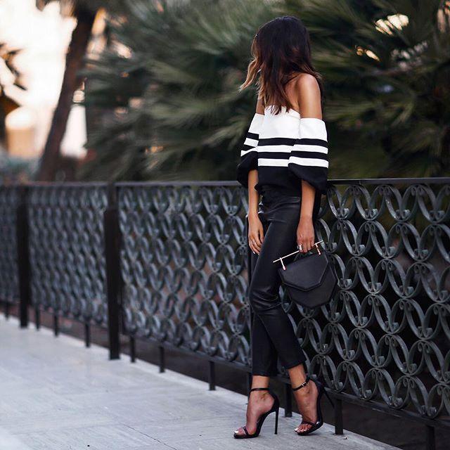 Look donde el pantalón de piel acompañado del top blanco con hombros a lo Bardot y terminaciones en rayas negras nos da un outfit que según los complementos llevaremos desde la tarde hasta una de nuestras mejores soirees de verano❤◼❤◼❤