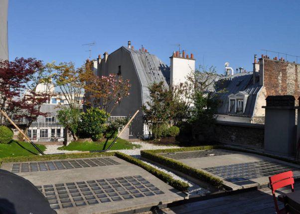 Qu'en est-il de l'entretien? Sans précision contraire, les balcons, terrasses, loggia, ou toute partie de toit utilisée comme espace extérieur sont des parties communes –à jouissance exclusive- dont l'entretien est supporté par les copropriétaires de l'immeuble. C'est une bonne nouvelle, http://www.appartonaute.com/fiche-pratique-des-terrasses-d-appartement-en-copropriete-parisienne/ - #Chasseur_D'Appartement, #Paris, #Immobilier, #Terrasse, #Balcon