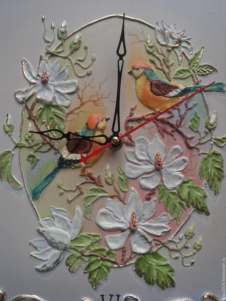 Купить или заказать Часы настенные ручной работы в интернет-магазине на Ярмарке Мастеров. Часы настенные'Птицы на магнолии'.Работа в технике -рельеф.Роспись масляными красками в пастельных полутонах.Композиция винтажной открытки.Цветы и птички выглядят объемными и реалистичными.Витая золоченая рамка дополняет винтажный образ.Работа покрыта акриловым лаком.…