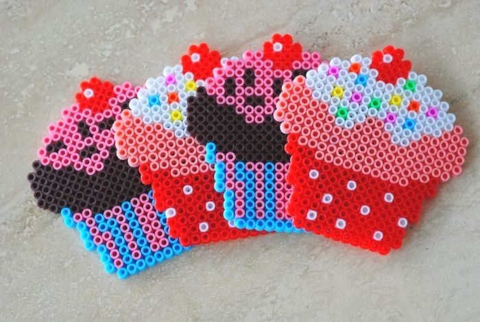 Cupcakes hama perler beads via tumblr http://www.creactivites.com/229-perles-a-repasser