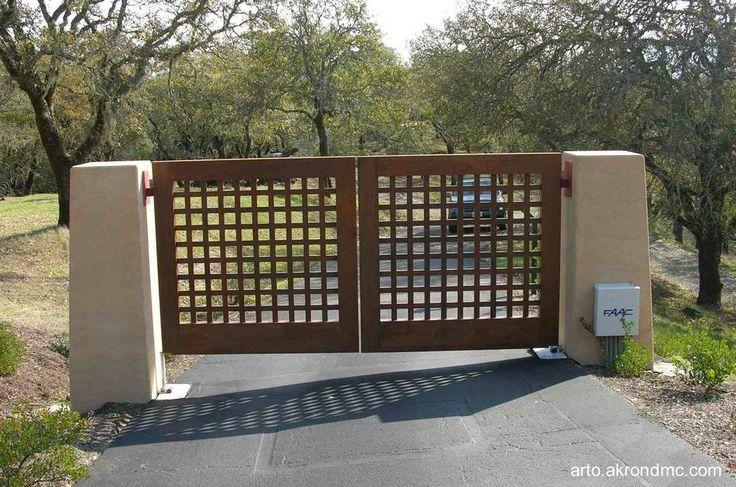 Portón de madera calado