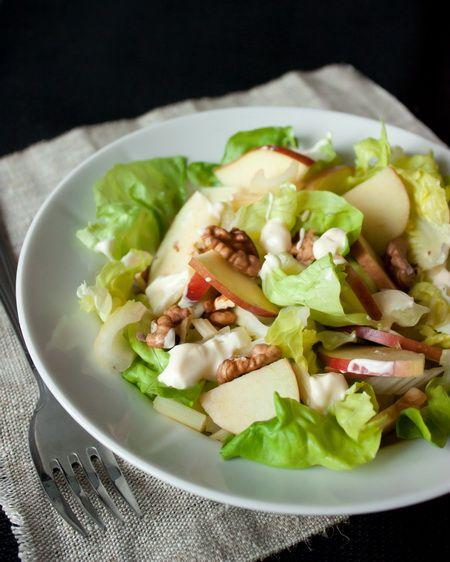 Вальдорфский салат или салат «Уолдорф» был впервые приготовлен в ресторане нью-йоркской гостиницы «Вальдорф-Астория» еще в позапрошлом веке. Сегодня классическим считается состав, включающий кисло-сладкие яблоки, стеблевой или корневой сельдерей, грецкие орехи и заправку из майонеза. Иногда в это блюдо добавляется еще и салатная зелень и виноград. Ориентировочное время приготовления: 10 минут…