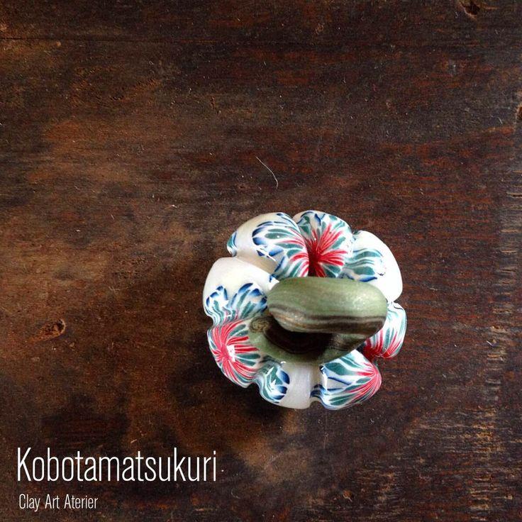 工房珠造のクレイアート作品です。 クレイ南京/夜香花(Queen of the Night)-IAE 毎年秋にしか作らない南京型トンボ玉です。パーツのみのお値段です。このまま飾っていただいても良いかと思います。 つるの輪に紐を通す形で加工(根付やネックレス)をご希望の際にはご相談ください。紐を通してご利用いただく場合、繊細な形ですので、お取り扱いにご注意ください。 サイズ: 約 27 x 28 mm ネコポスに入りません。宅急便コンパクトでのお届けです。 ポリマークレイ 樹脂粘土 ハロウィン 和雑貨 帯飾り