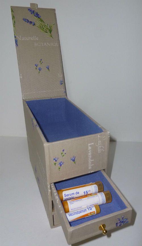 Boîte pour ranger les dosettes d'homéopathie et les ordonnances