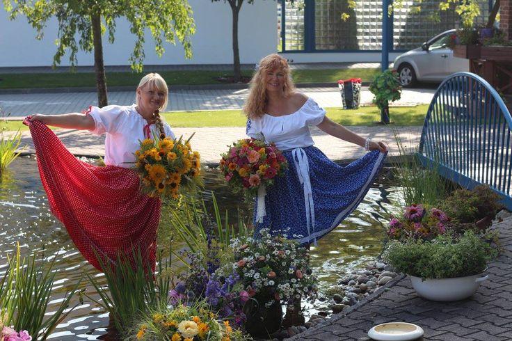 TELELRÁNO &SLOVENSKÉ KYTICE SÚ V MÓDE Krásne vidiecke záhradné kvietky sme priniesli do Telerána. Spolu s Jankou sme dekorovali staré džbány, bábovnice, koše a viazali farebné kytice z krásnych kvetov.