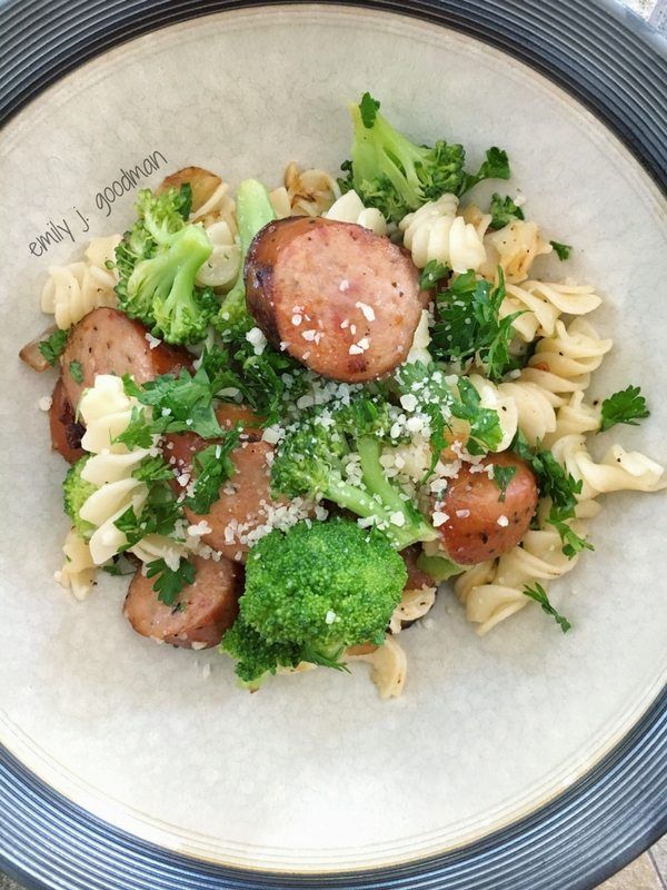This quick and easy pasta with broccoli and chicken sausage is 21 Day Fix approved and I will show you how to track it using Carrie Elle journals!