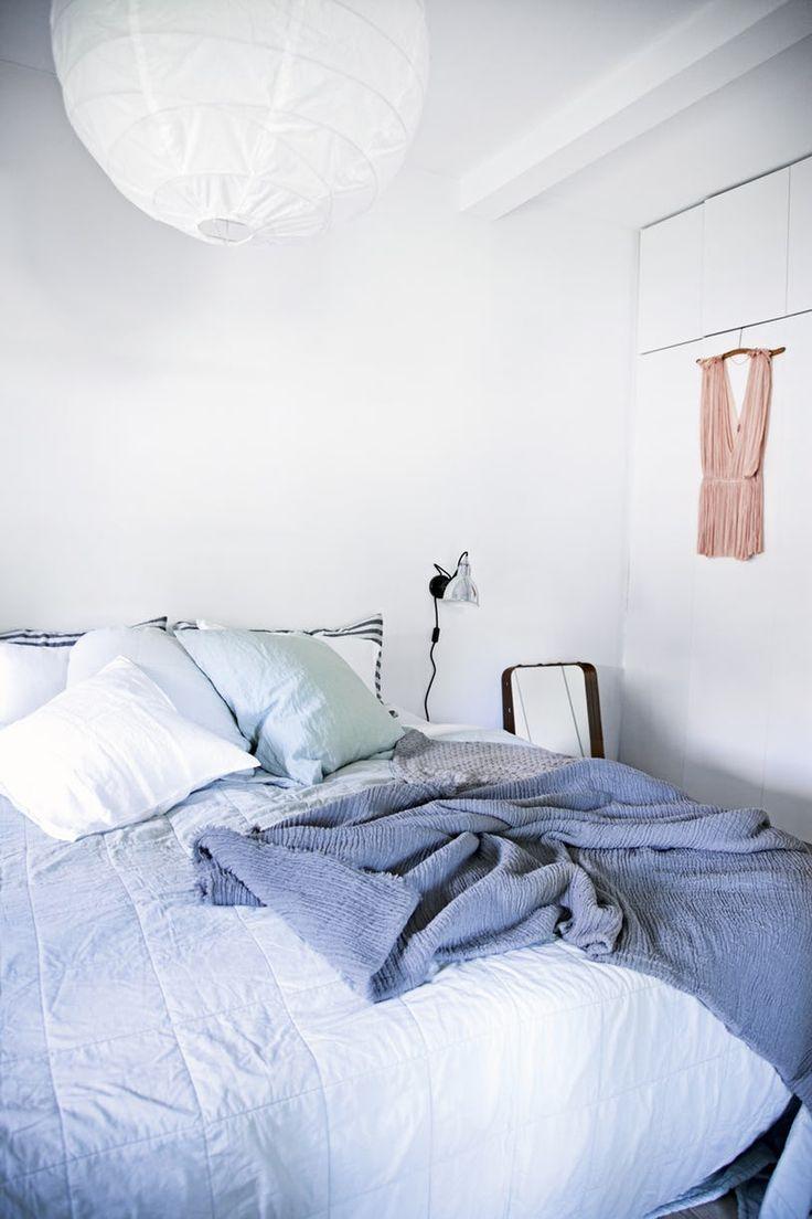 Udendørs er der romantik og idyl, mens husets indre er moderne, funktionelt og lyst.