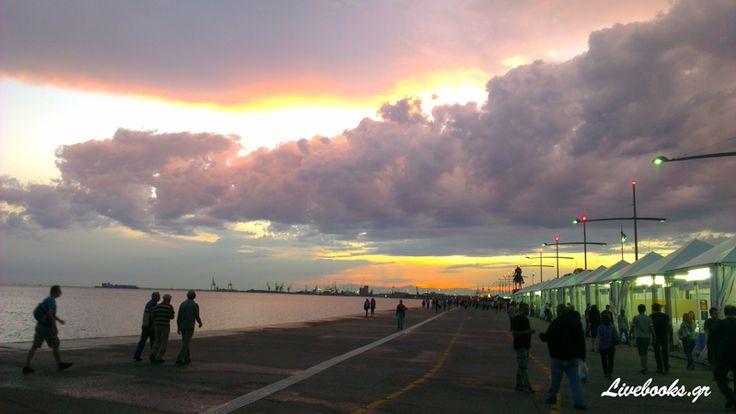 Σύννεφα και ηλιοβασίλεμα, δημιούργησαν και χθες μία φανταστική εικόνα στον ουρανό της Θεσσαλονίκης