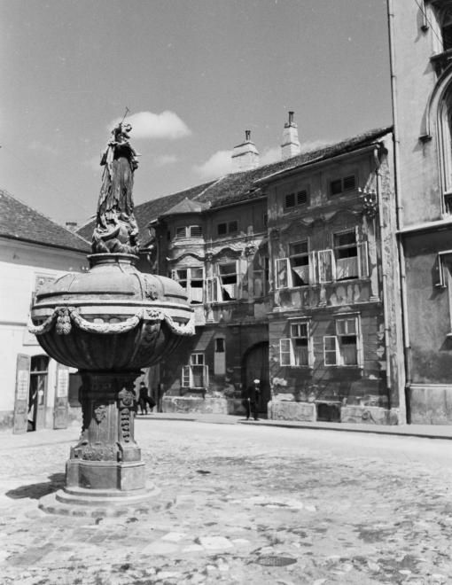 Orsolya tér, Mária-kút.