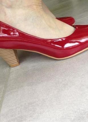 À vendre sur #vintedfrance ! http://www.vinted.fr/chaussures-femmes/escarpins-and-talons/29088291-escarpins-rouge-vernis-talon-imitation-bois-t37