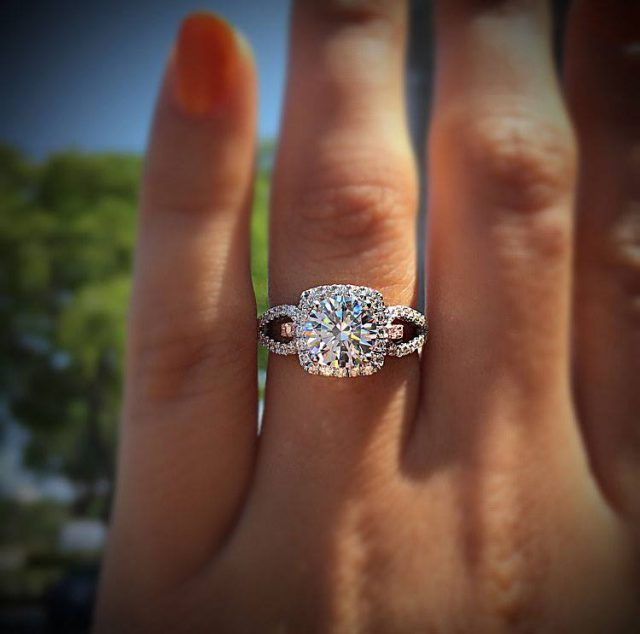 We're obsessed with Simon G engagement rings.