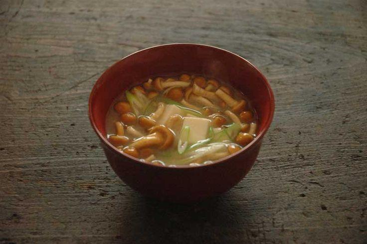 なめこと豆腐の味噌汁の写真