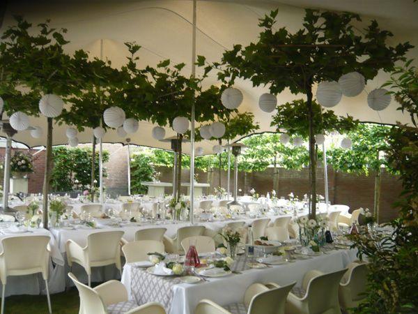 25 beste idee n over feest tent decoraties op pinterest bruiloft pom poms papieren lantaarns - Decoratie witte lounge ...