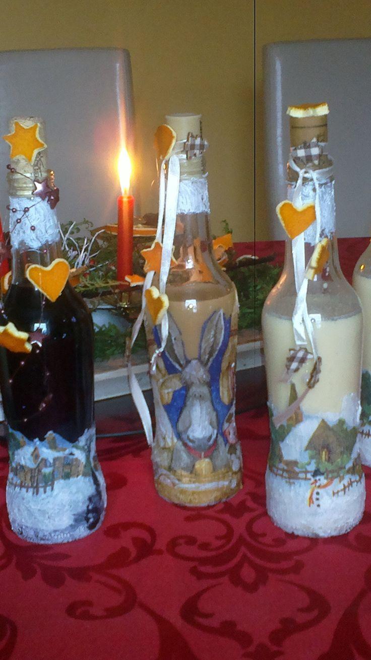 """Na Vánoce zdobíme různé lahvičky  (ubrousková technika+ sušená pomerančová kůra) a plníme je domácími """"dobrotami"""".Dárky pro přátelé."""