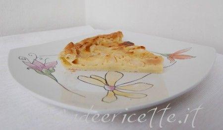 Presentazione fetta torta di pasta sfoglia alle mele con rafano e cannella nel piatto