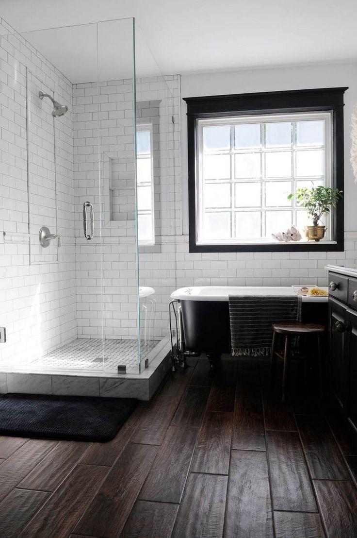 salle de bain noir et blanc très classe - carrelage métro blanc, carrelage de sol imitation bois et une baignoire en noir et blanc