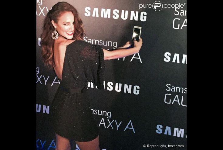 Detalhe do vestido usado por Paolla Oliveira, com decote nas costas. A atriz também usou um cinto para marcar sua cintura