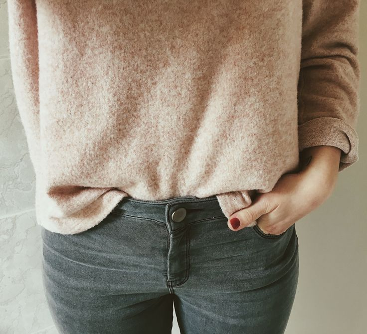 Blush pink jumper tucked into grey skinny jeans. Spring style inspo right there.