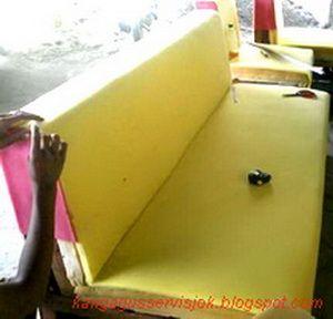 proses pemasangan spon /busa pada rangka kursi/sofa ruangan( KRT 3dp-2dp-1dk+1sdt full set) yang kami rubah model-nya.