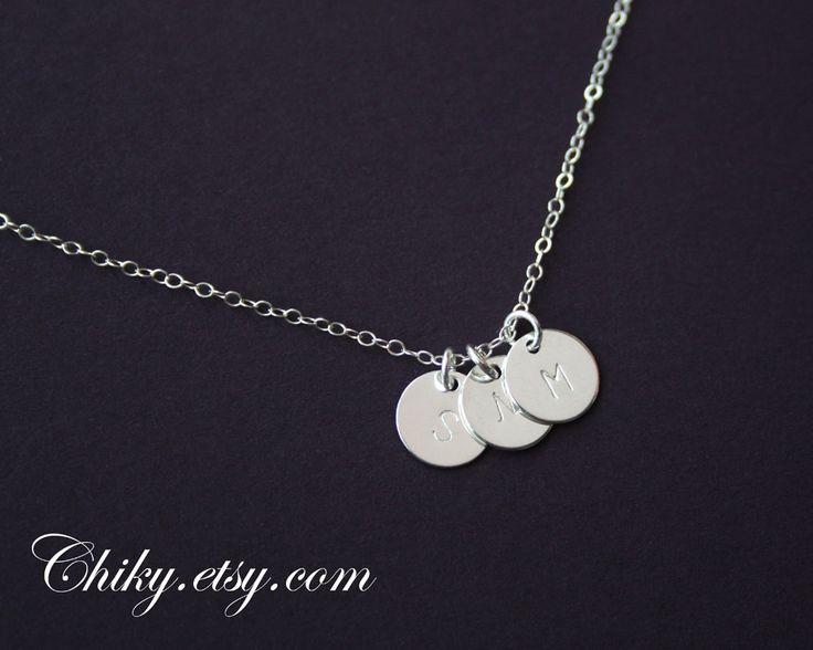 Drie hangers zilveren ketting, initialen/monogram