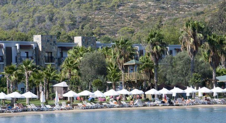 Отель Crystal Green Bay находится на турецкой Ривьере, в 12 км от Бодрума. К услугам гостей аквапарк, спа-центр и удобства для занятий водными видами спорта.  Все номера курортного спа-отеля выходят на собственные меблированные балконы. Из них открывается вид на окрестности. Каждый кондиционированный номер оснащен телевизором с плоским экраном и мини-баром.