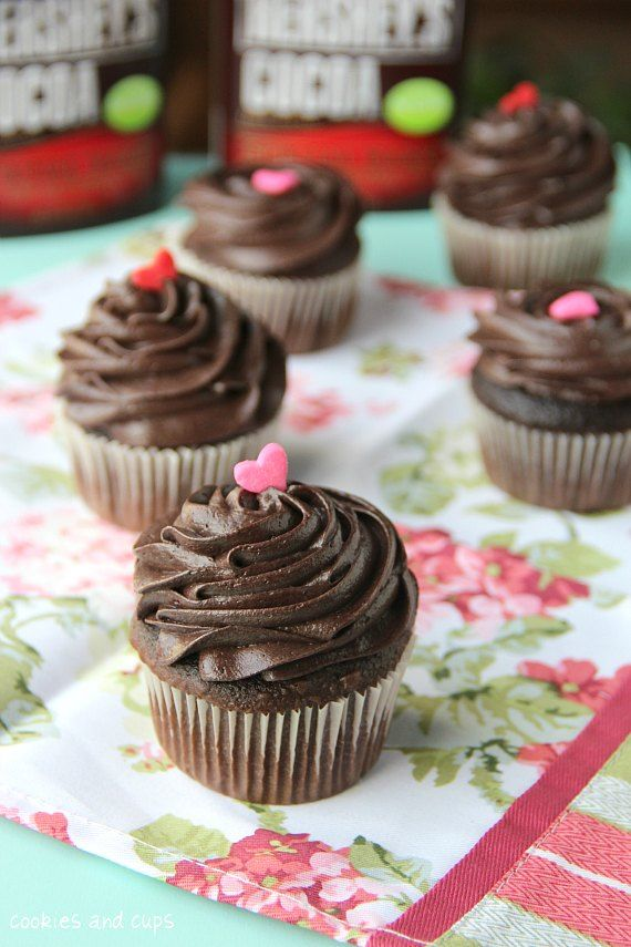 The perfect chocolate cupcakes –and fudge frosting