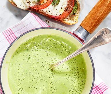 Grönärtsoppa med mozzarellatoast är en krämig och len soppa som får en härlig färg av ärterna. Soppan får smak av lök, vitlök och fänkål. Potatisen gör den extra matig och tuggvänlig. Som tillbehör finns en frasig toast där färsk basilika och mozzarella lagts på en levainbröd innan det rostats i ugnen.