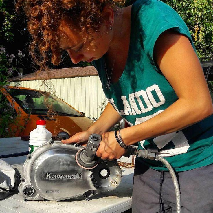 Telle une préparatrice moto en herbe, Lisa met les mains dans le cambouis pour redonner vie à sa Kawazaki Z400. Une aventure à suivre absolument...