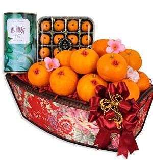 大吉大利 Abundance of Luck Wishing for a blissful year. Ross Cottage Lotus Pandan Mandarin Pastries (莲蓉酥) 150g, Shui Xian Oolong Tea (水仙名茶) 100g and 12pcs of auspicious Mandarin Oranges(橘子) presented in a wooden Ming brocade tray adorned with festive accessories.