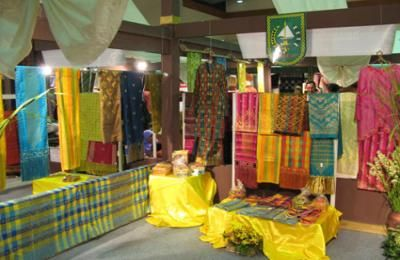 Pekanbaru have various shopping places such as Pasar Bawah, and Great Mosque. This short Pekanbaru shopping tour located the Riau Provinces in Sumatra Island. http://www.asiamedan.com/tourpackage/indonesia/indonesia/riau/pekanbaru/3d2n-pekanbaru-shopping-tour-package/