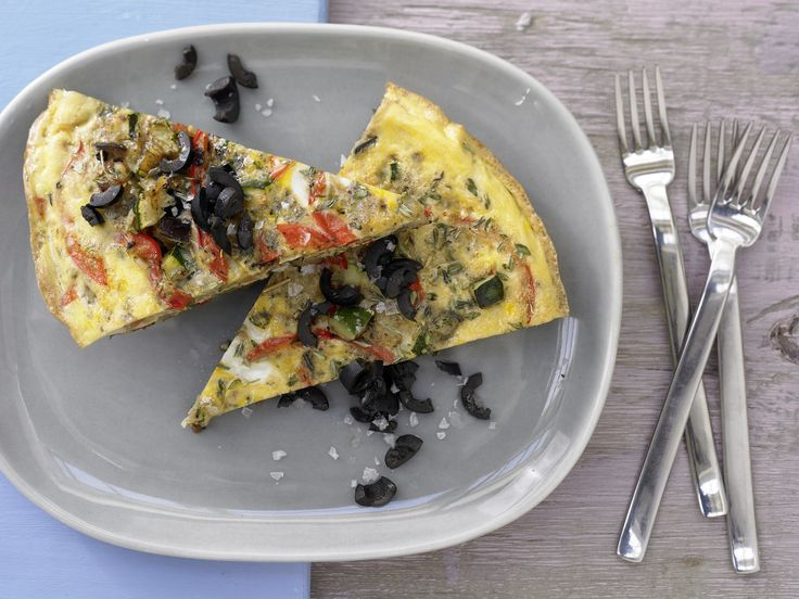 Provenzalisches Gemüse-Omelett - mit schwarzen Oliven - smarter - Kalorien: 315 Kcal - Zeit: 20 Min. | eatsmarter.de Dieses Omelett macht Lust auf Urlaub, oder?