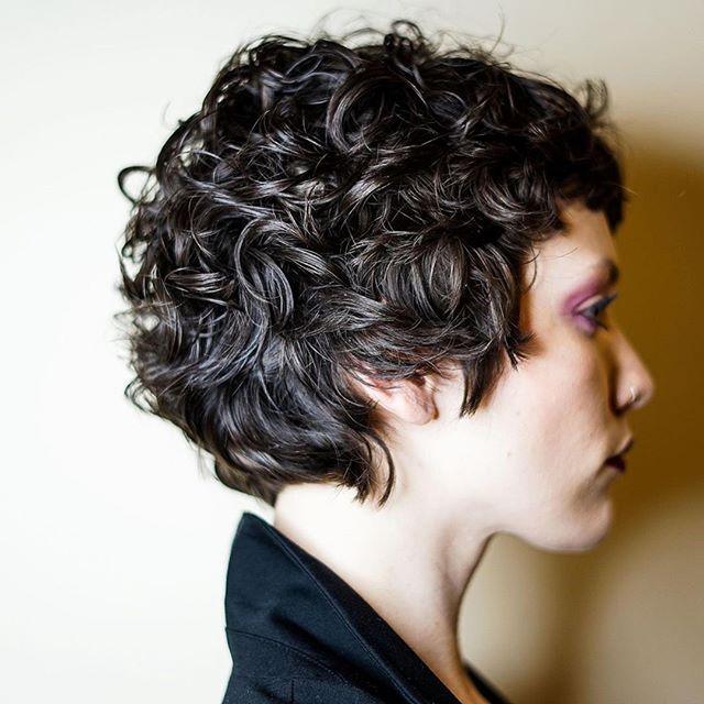37 Beste Haarschnitte Und Frisuren Fur Kurzes Lockiges Haar Kurze Lockige Haare Frisuren Kurze Haare Rundes Gesicht Kurzes Lockiges Haar