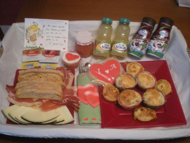 Con este Desayuno Sorpresa, se despertó su chica!    Jamón, queso, tomate, pan tostado, mermelada, mantequilla, zumos, batidos de chocolate, madalenas de jamón y queso, hojaldres de bacon y queso, una galleta y una cupcake.   Y una tarjeta personalizada, pintada a mano!