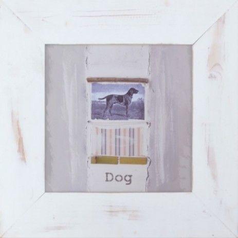 Deze decoratieve wandversiering is ingelijst met een breed houten frame. Het midden is beplakt met een afbeelding van een jachthond. Aan weerszijden van het plaatje zijn grijze verticale stroken, boven en onder de hond zijn wat contrast elementen aangebracht en staat het woord Dog.
