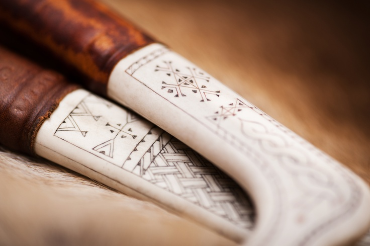 Traditional sami knife. Handmade with a reindeer hornhandle decorated with traditional sami carvings. Photo by Jessica Lindgren