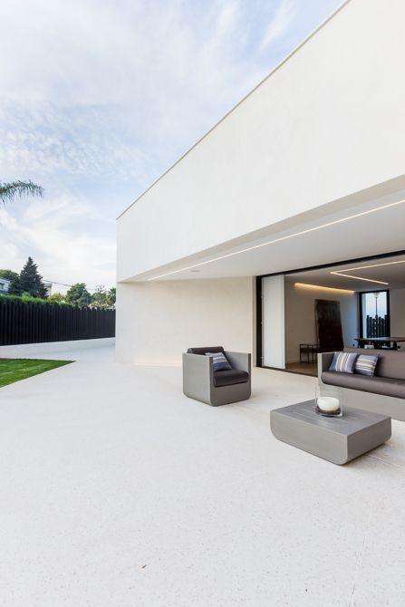 Terraza de lujo casa de diseño Cumbres con conjunto Vondom y suelo de hormigón blanco blanco